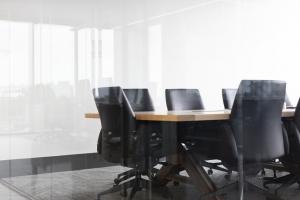 写真:オフィスの机と椅子